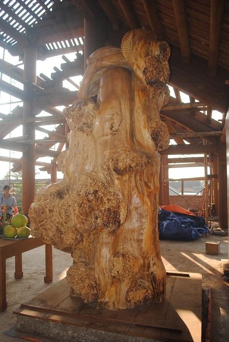Bên trái bức tượng có nhiều đường vân, nu gỗ tuyệt đẹp. (ẢnhDuy Ngợi).