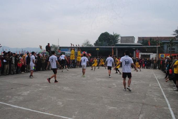 Giải bóng chuyền thu hút nhiều địa phương TX Hoàng Mai và các huyện tham gia. Ảnh Duy Ngợi.
