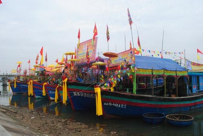 Những chiếc thuyền đánh cá của ngư dân được trang trí rực rỡ chuẩn bị cho lễ cầu ngư. (Ảnh Duy Ngợi).