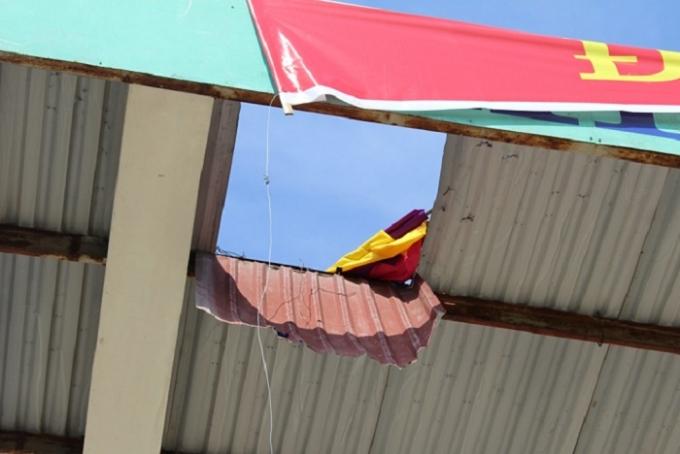 Vị trí mái che sân khán đài sân vận động huyện Quỳnh Lưu bị bung ốc vít khiến ông Lý rơi xuống và tử vong. (Ảnh CTV).