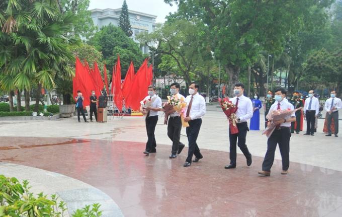 Trước đó, ngày 19/5, Đoàn đại biểu Thành ủy, HĐND, UBND, Ủy ban MTTQ Việt Nam Thành phố đã đến dâng hoa tượng đài Chủ tịch Hồ Chí Minh tại vườn hoa Trung tâm thành phố.(Ảnh: Long Huyền, Đình Trung/ Báo Cao Bằng)