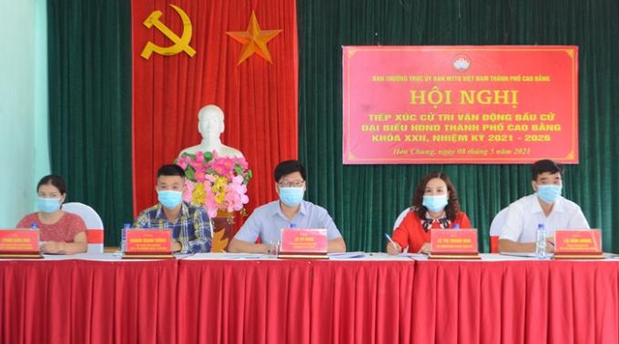 5 ứng cử viên đại biểu HĐND thành phố nhiệm kỳ 2021-2026 tại đơn vị bầu cử số 7 phường Hòa Chung tại hội nghị tiếp xúc cử tri. (Ảnh: Bùi Toàn - Lã Tùng/ Báo Cao Bằng)