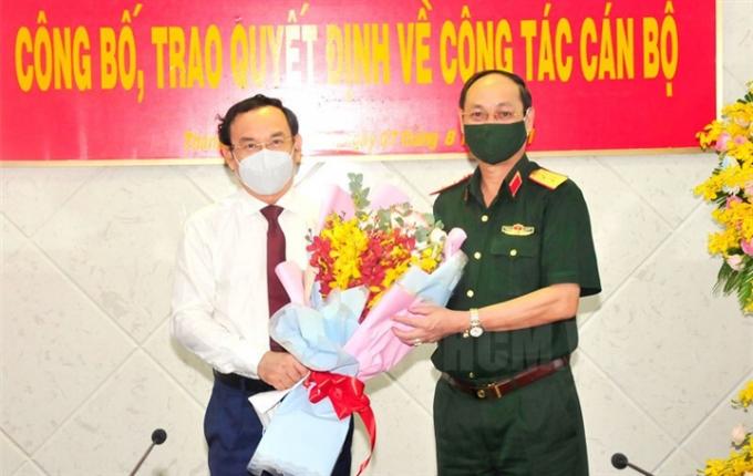 Bí thư Thành ủy TP.HCM Nguyễn Văn Nên tặng hoa chúc mừng Trung tướng Nguyễn Văn Nam. (Ảnh: Thành ủy TP.HCM)