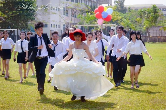Đám cưới được tổ chức ngoài trời với sự chứng kiến của 38 thành viên còn lại và thầy cô giáo. Ảnh: Hoàng Dũng.