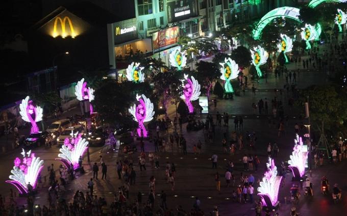Dòng người đổ về phố đi bộ Nguyễn Huệ những ngày giáp Tết càng đông.