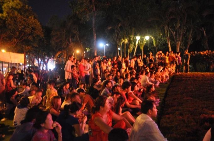 Nhiều người đợi chờ hàng mấy giờ đồng hồ để xem pháo hoa