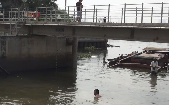 Khu vực sà lan 200 tấn bị chìm ngày 2/1.