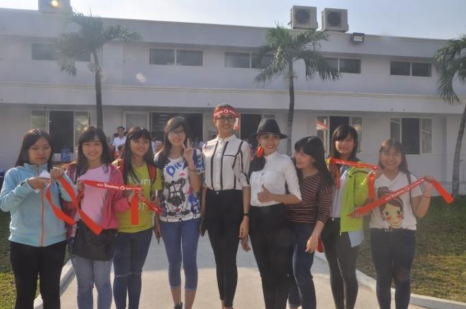 Nhiều người đẹp đã chụp hình lưu niệm cùng các bạn sinh viên