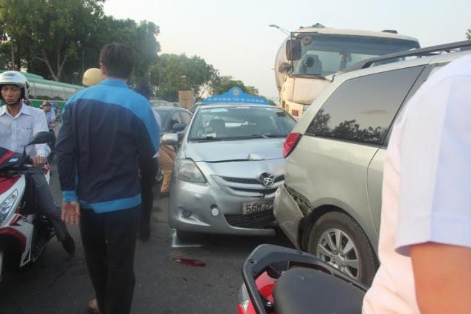 Xe bồn tông liên tiếp 4 xe ô tô dính chặt vào nhau.