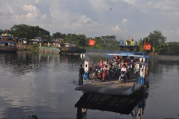 Dẫu có 2 con phà đưa khách qua sông hằng ngày nhưng tình trạng quá tải, chờ chực vẫn thường xuyên diễn ra, gây nhiều phiền hà và cách trở cho người tham gia giao thông.