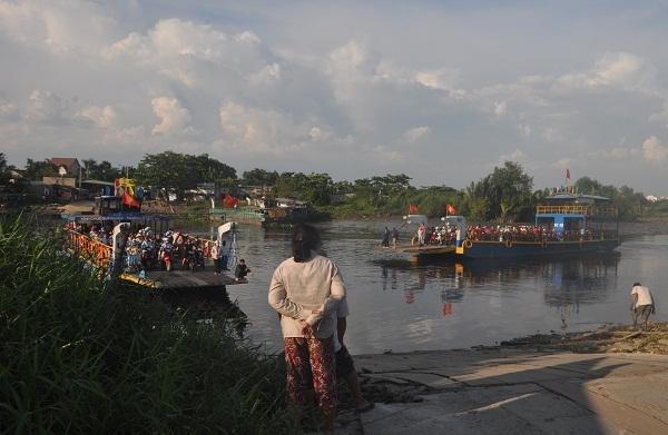 Câu chuyện thường nhật trên luôn hiển hiện ở khu vực bến phà An Phú Đông bắt từ phường An Phú Đông (quận 12) qua phường 5 (quận Gò Vấp, TP Hồ Chí Minh).