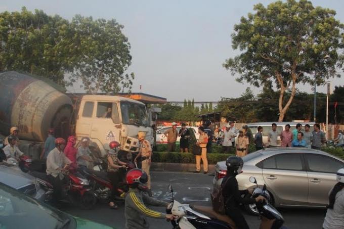 Hiện trường vụ xe bồn đại náo đường lộ rồi gây tai nạn liên hoàn khiến giao thông tê liệt hoàn toàn.