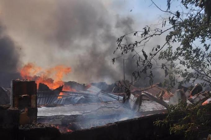 Lửa cháy ngùn ngụt bên trong xưởng gỗ.