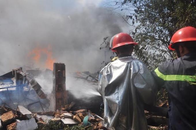 Lực lượng PCCC đang khống chế đám cháy lớn.