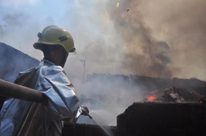 Lực lượng PCCC tiếp cận sâu bên trong vụ cháy.