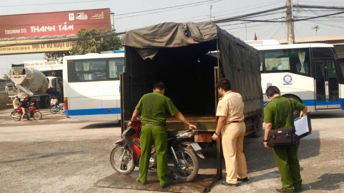 Chiếc xe máy nữ công nhân điều khiển va chạm xe container tử vong.