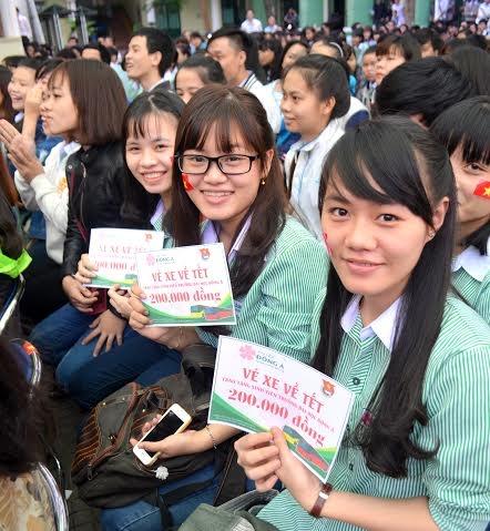 Dịp này, 200 vé xe về quê ăn tết cũng được nhà trường trao tặng cho 200 sinh có hoàn cảnh khó khăn.