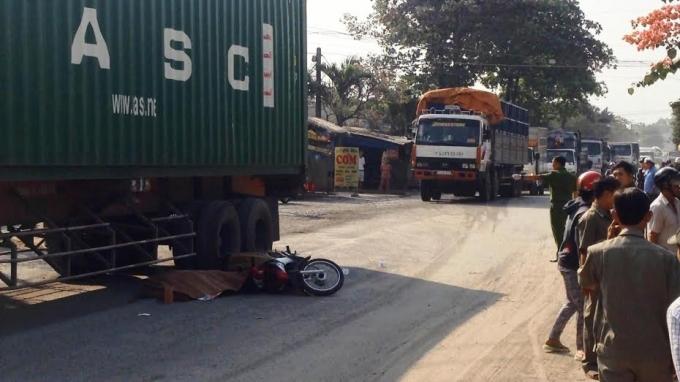 Hiện trường vụ TNGT nghiêm trọng trên đường Nguyễn Hữu Nam sáng nay.