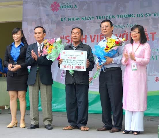 Niềm vui của ngư dân Quảng Ngãi được nhận hỗ trợ sáng nay.