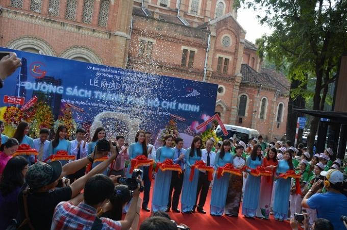 16h chiều 9-1, Đường sách Nguyễn Văn Bình chính thức được khai trương.