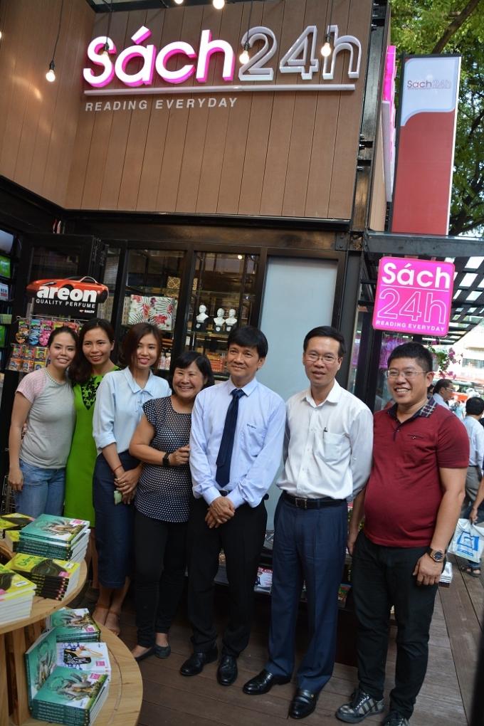 Lãnh đạo TP Hồ Chí Minh chụp ảnh lưu niệm cũng Doanh nghiệp sách 24h, Công ty Phát hành Sách - Báo Trường Phát.