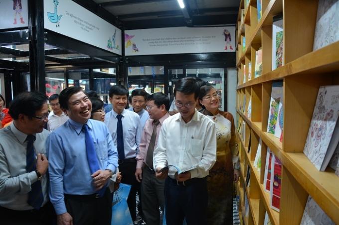 Lãnh đạo TP Hồ Chí Minh tham quan các gian hàng sách tại Đường sách TP Hồ Chí Minh
