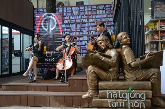 Những nốt trầm bên tiếng nhạc cũng được tái hiện tại Đường sách TP Hồ Chí Minh.