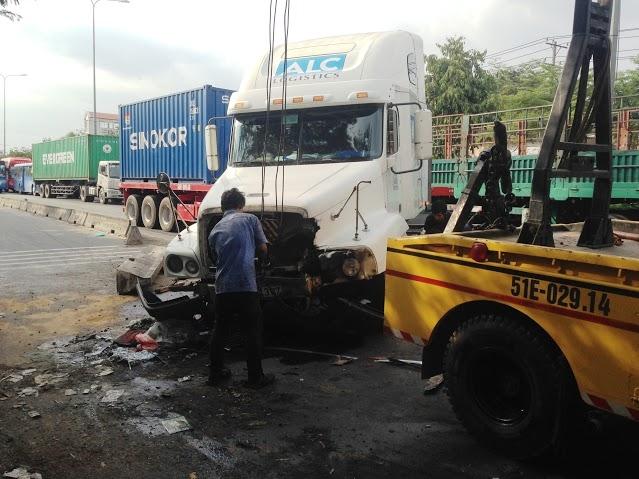 Cơ quan chức năng đang giải phóng hiện trường vụ tai nạn.