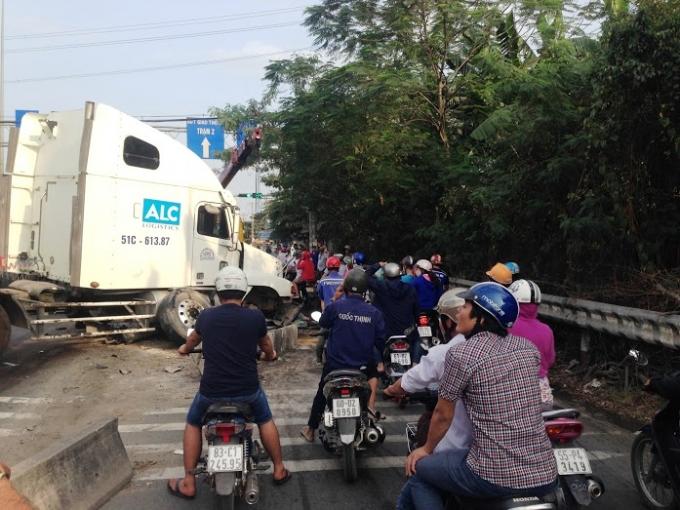 Vụ TNGT đã khiến dòng người tham gia giao thông một phen hốt hoảng.