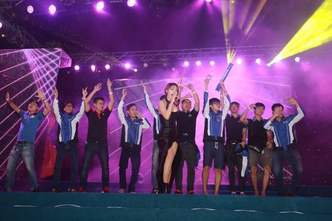 Nữ ca sĩ - diễn viên Minh Hằng cháy hết mình cùng khán giả.