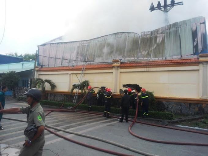 Hàng chục lính cứu hỏa đã làm việc với tinh thần quyết tâm cao độ