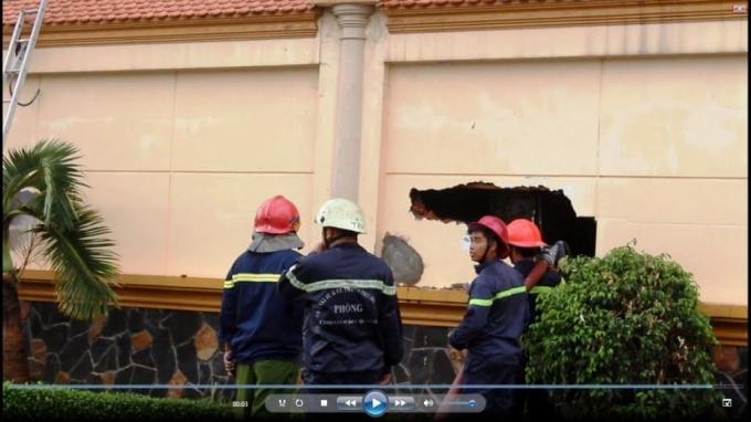 Khó khăn lắm lính cứu hỏa mới tiếp cận được phía trong