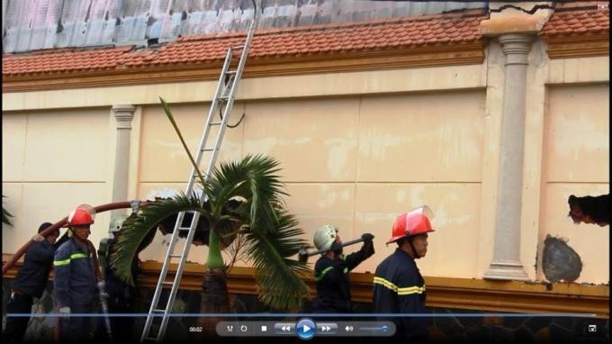 Lính cứu hỏa phá tưởng tiếp cận đám cháy phía trong