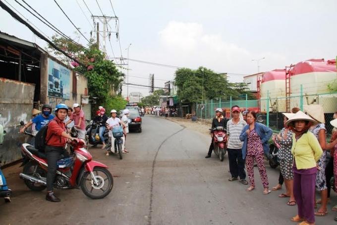 Người dân vây quanh khu vực xảy ra đám cháy lớn