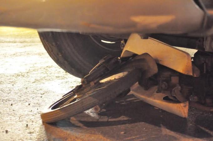 Sau khi xe container kéo lê xe máy, người đàn ông điều khiển xe máy bị bánh xe chèn qua người và sau đó tử vong.