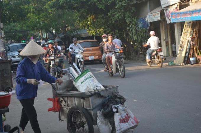 Ngày qua ngày, bất kể nắng mưa, họ vẫn rong ruổi mỗi ngày trên mọi nẻo đường.