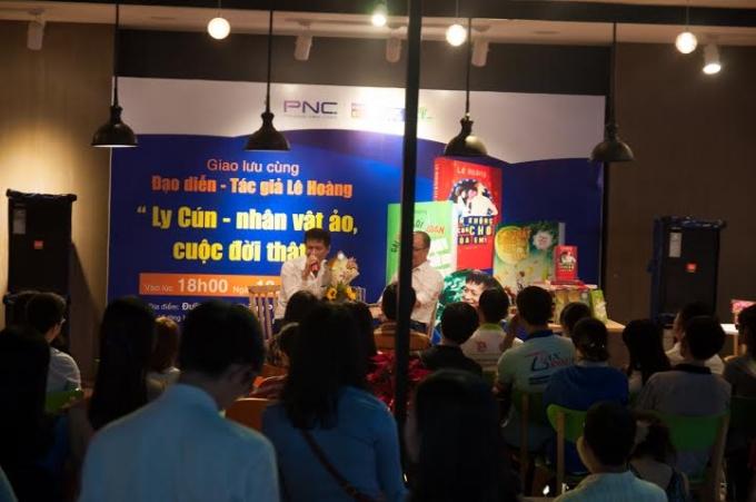 Buổi giao lưu đã thu hút rất đông độc giả mến mộ một đạo diễn - tác giả Lê Hoàng