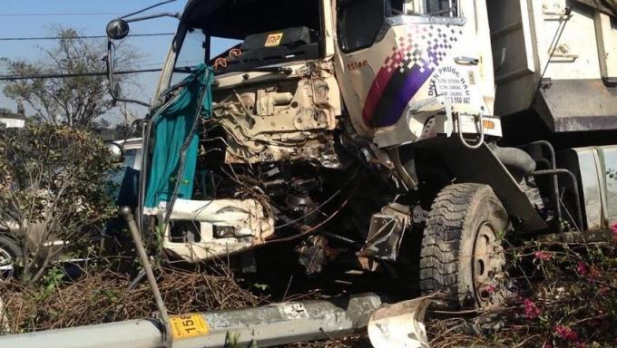 Vụ việc đã khiến phần đầu xe ben bị hư hỏng rất nặng, nát bét, dầu nhớt chảy lênh láng trên QL1A.