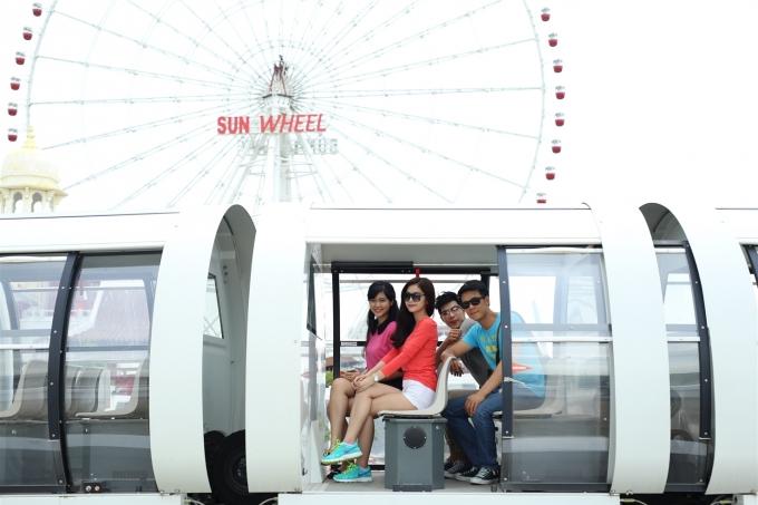 Tham gia những trò chơi như tàu điện Monorail, Vòng quay Sun Wheel.