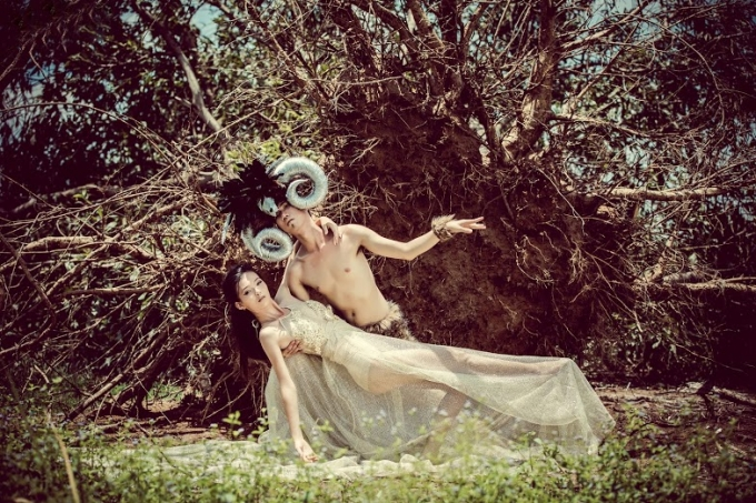 """Nội dung bộ ảnh """"Quái vật và giai nhân"""" kể về câu chuyện tình yêu của một quái vật mặt người hình thú với nàng công chúa xinh đẹp trong rừng già hoang vắng."""