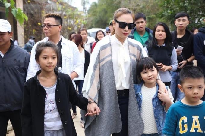 Ca sĩ Mỹ Tâm tham gia chuyến từ thiện ngày 03-2 tại quê nhà.