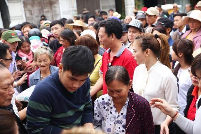 Hàng trăm người dân được ca sĩ Mỹ Tâm trao quà Tết yêu thương.