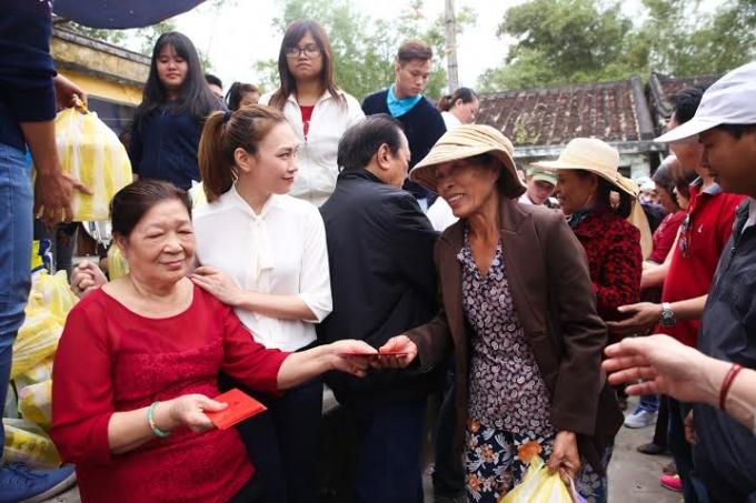 Niềm vui của người dân khi nhận quà