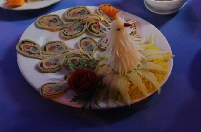 Các món ăn vừa giữ được chất tươi nguyên của thực phẩm với những tên gọi rất hoàng tộc cơm âm phủ, rồng bay phượng múa,…
