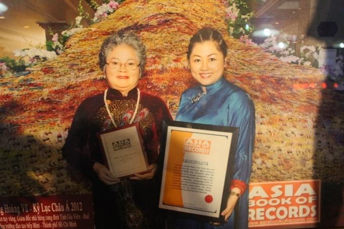 """Những mâm cỗ hoàng cung được """"hồi sinh"""" bởi bàn tay nghệ nhân Tôn Nữ Thị Hà (bên trái) khi là người giới thiệu các món ăn cung đình Huế ra thế giới"""
