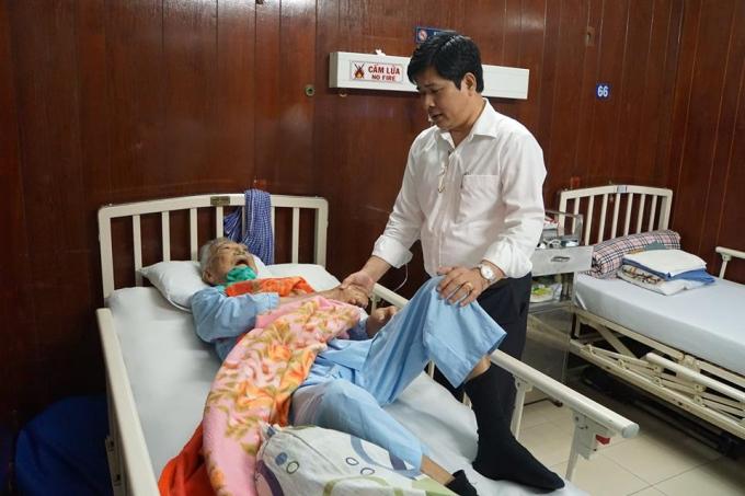 Giám đốc Bệnh viện Thống Nhất đã giành nhiều thời gian xuống kiểm tra sức khỏe các bệnh nhân.