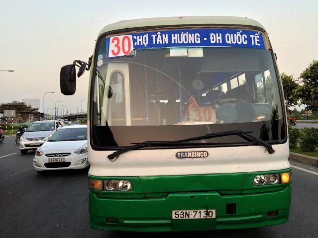 Chiếc xe buýt gây TNGT liên hoàn trên tuyến xa lộ Hà Nội.