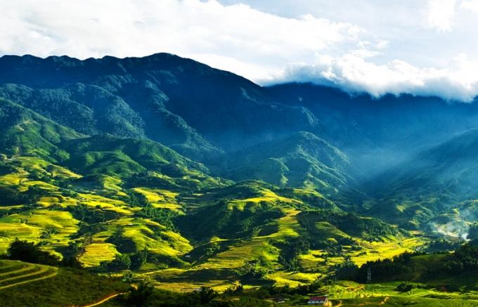 Tháng 9 này, trên hành trình trải nghiệm cáp treo Fansipan, du khách sẽ được ngắm nhìn khung cảnh núi rừng Hoàng Liên hùng vĩ, thung lũng Mường Hoa vàng ruộm mùa lúa chín.