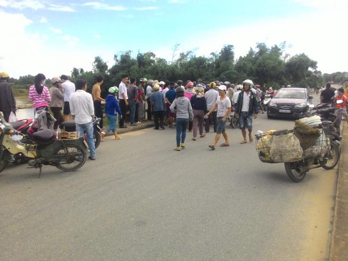 Người dân tập trung tại khu vực hiện trường