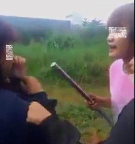 Hai nhân vật chính của clip: Thủ phạm (áo hồng), nạn nhân (áo xanh). Ảnh: Facebook.
